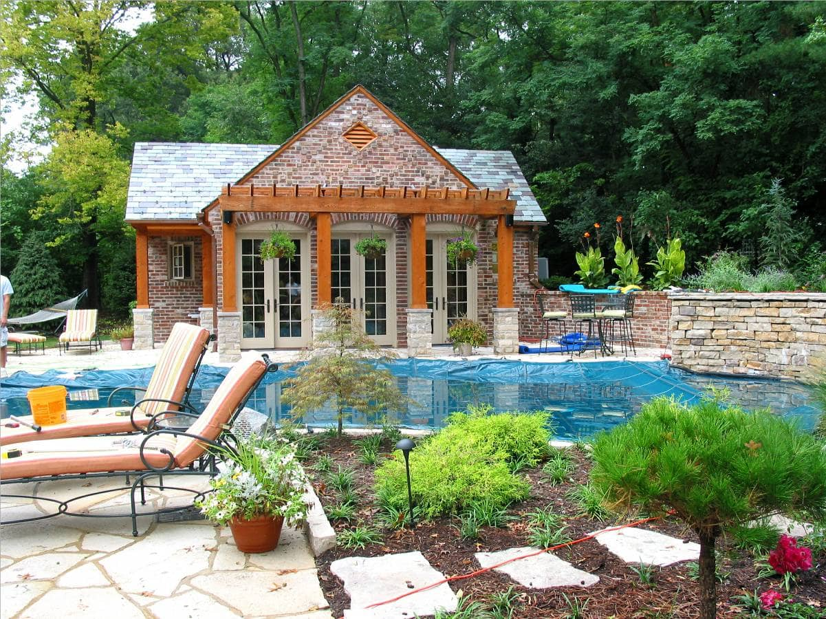 You can appreciate the wide range of colors in this old tuscany brick house from the side of the pool.
