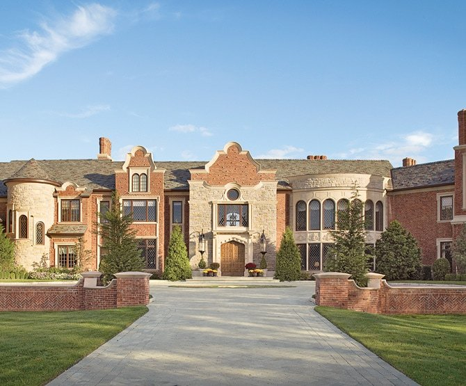 View the small brick wall to enclose the roundabout of a mansion.