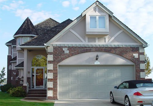 Frontal view of a house built with purington pavers brick.